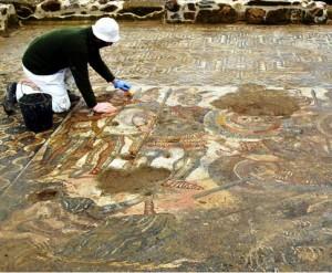 Alter do chao mosaico 300x247 César, Virgílio, Joviano, António e o Mosaico mais Belo do Império Romano descoberto em Alter do Chão