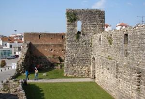 castelo de soure 300x204 Castelo de Soure (*) que é um exemplo da incompetência ignorante de quem constrói mamarrachos que abafam os nossos monumentos nacionais
