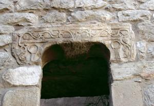 castelo de soure visigotico 300x206 Castelo de Soure (*) que é um exemplo da incompetência ignorante de quem constrói mamarrachos que abafam os nossos monumentos nacionais