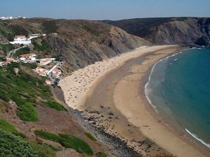A praia da Arrifana situa-se próxima da Ponta da Atalaia