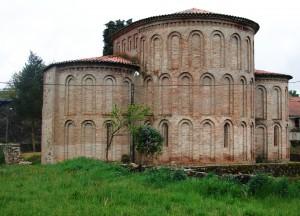 igreja castro de avelãs 300x216 Cabeceira românica da igreja de Castro de Avelãs (Bragança) (*)   Singular românico de ladrilho em Portugal