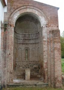 igreja castro de avelas 2 212x300 Cabeceira românica da igreja de Castro de Avelãs (Bragança) (*)   Singular românico de ladrilho em Portugal