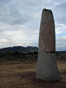 Menir da Bulhôa no aro da aldeia histórica de Monsarraz
